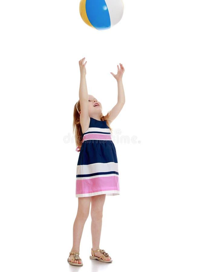 бросать девушки шарика стоковое фото rf
