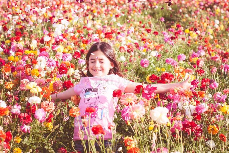 бросать лепестков девушки цветка стоковое изображение rf