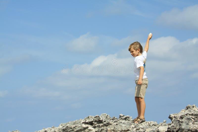 бросать камушков стоковое фото
