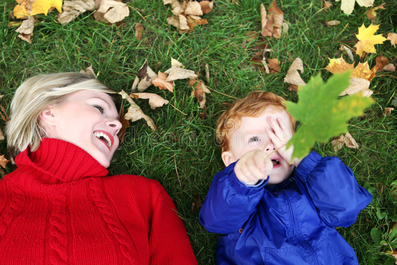 бросать листьев ребенка осени стоковые фотографии rf