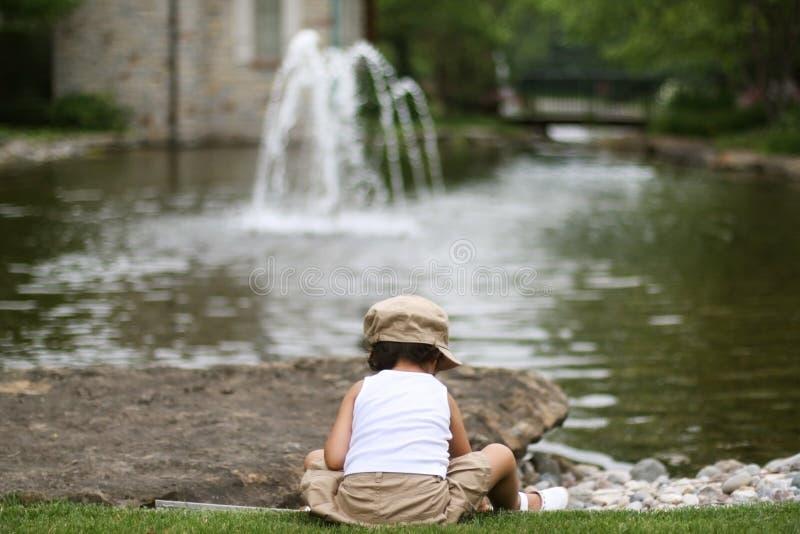 бросать утесов ребенка стоковая фотография
