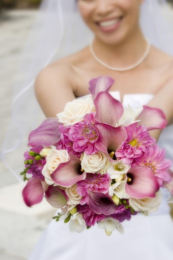 бросать цветков невесты стоковое фото rf