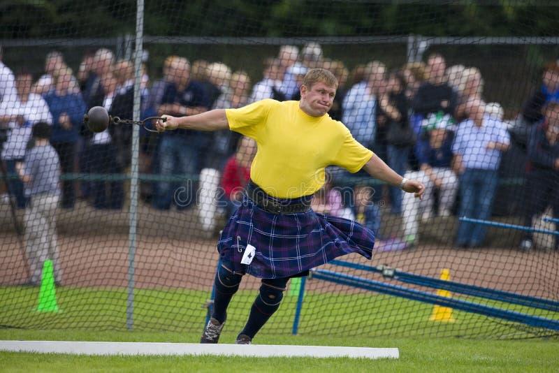 бросать Шотландии гористой местности молотка игр стоковое изображение rf