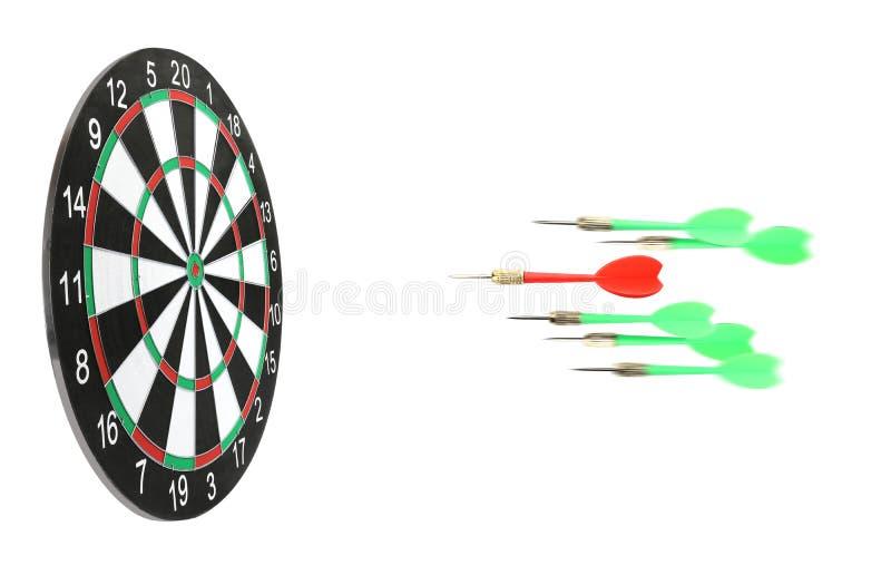 Бросая стрелки цвета в доску дротика на белизне стоковое фото