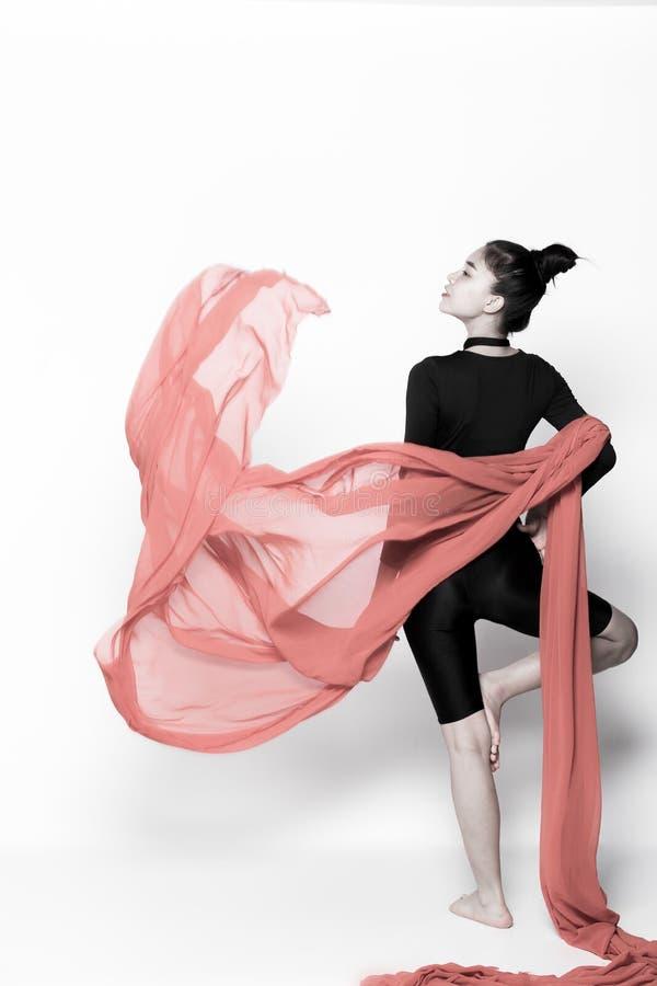 Бросая ткань подачи прозрачная в женщине воздуха стоковые изображения