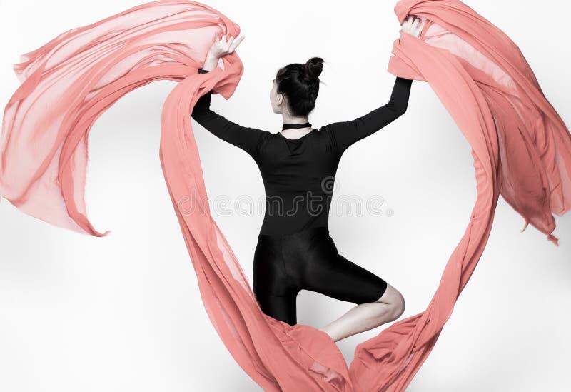 Бросая ткань подачи прозрачная в женщине воздуха стоковое фото rf
