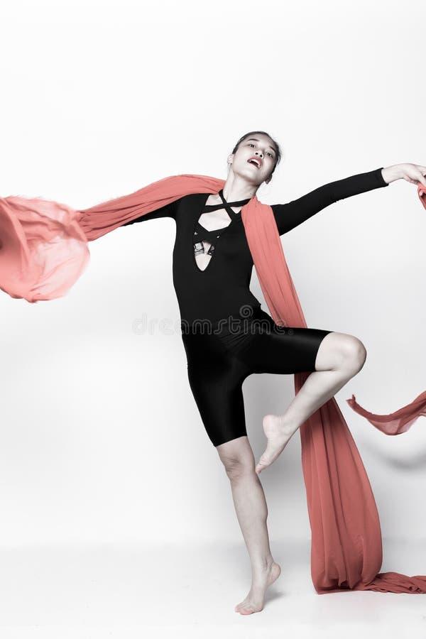 Бросая ткань подачи прозрачная в женщине воздуха стоковая фотография