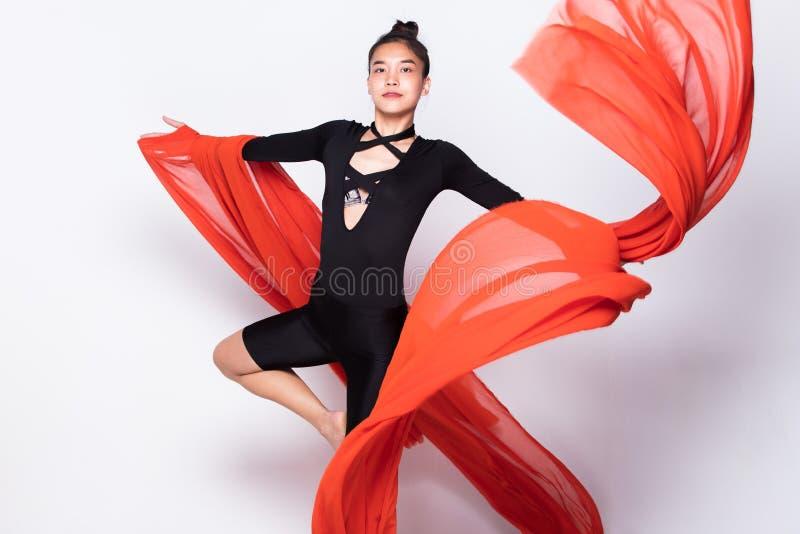 Бросая ткань подачи прозрачная в женщине воздуха стоковое изображение rf