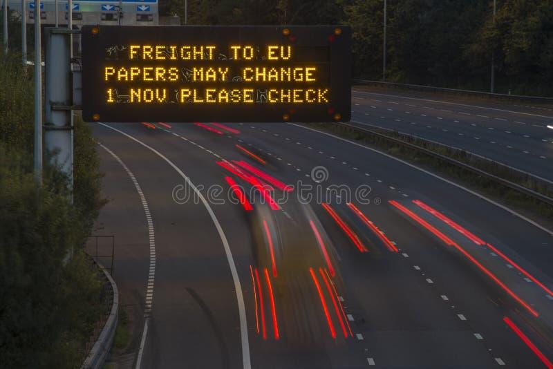 Брошит-Фрейс-Фирма UK Motorway Signage С Размытыми Транспортными Средствами стоковое изображение