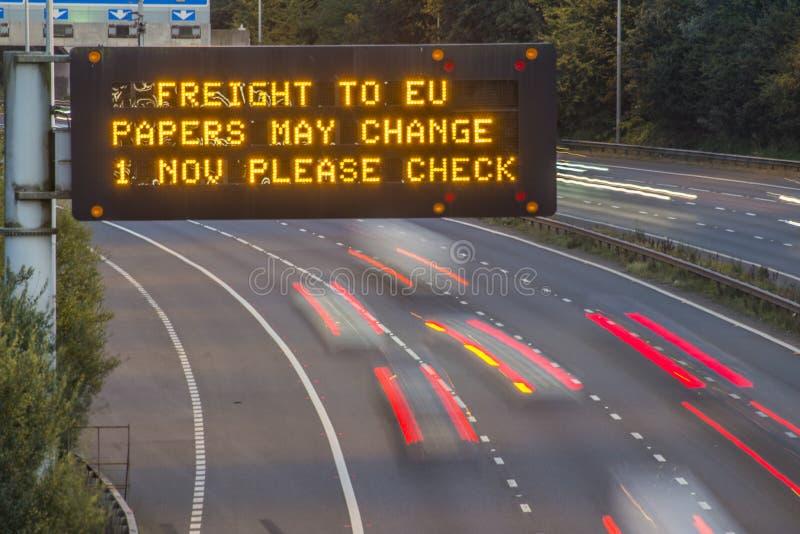 Брошит-Фрейс-Фирма UK Motorway Signage С Размытыми Транспортными Средствами стоковые изображения rf