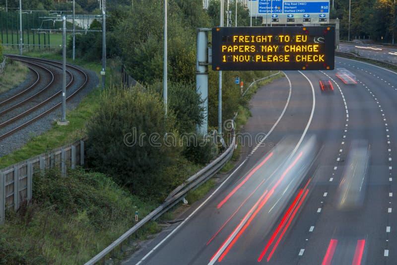 Брошит-Фрейс-Фирма UK Motorway Signage С Размытыми Транспортными Средствами стоковая фотография rf