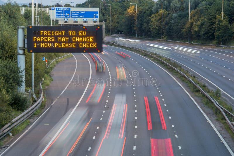 Брошит-Фрейс-Фирма UK Motorway Signage С Размытыми Транспортными Средствами стоковые фото