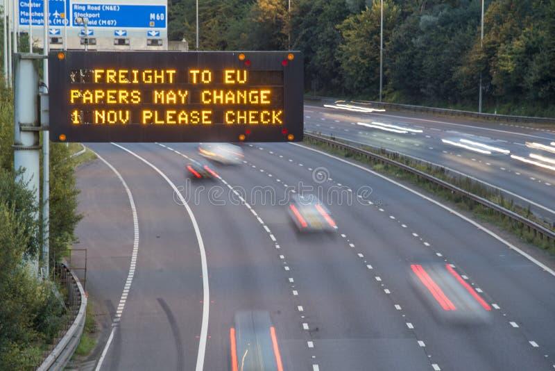 Брошит-Фрейс-Фирма UK Motorway Signage С Размытыми Транспортными Средствами стоковое фото rf