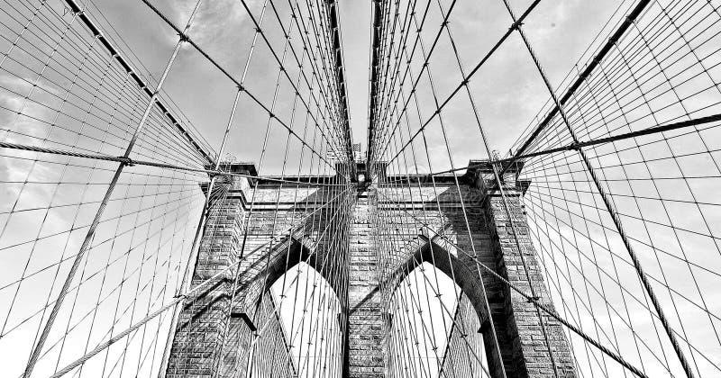 Бруклинский мост в черно-белом, городском Манхаттане, Нью-Йорке, США стоковая фотография