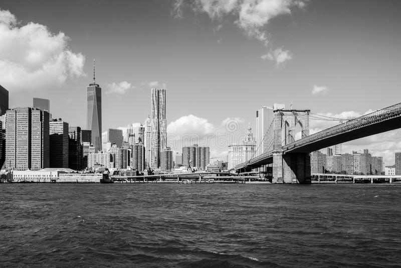Бруклинский мост водя к центру blac Манхаттана Нью-Йорка стоковые изображения rf