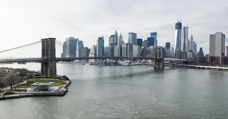 Бруклинский мост и более низкий взгляд Манхаттана надземный. стоковые фотографии rf