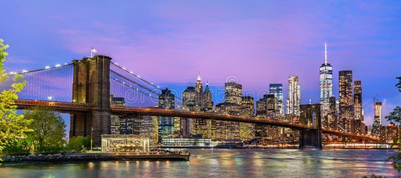 Бруклинский мост и Манхаттан на заходе солнца - Нью-Йорк, США стоковое изображение rf