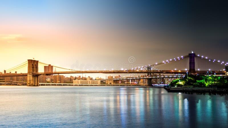 Бруклинский мост переводя от захода солнца к ноче стоковая фотография