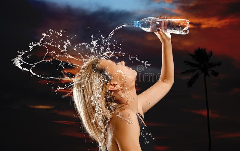 Брызгает воды на стороне женщины стоковое фото rf