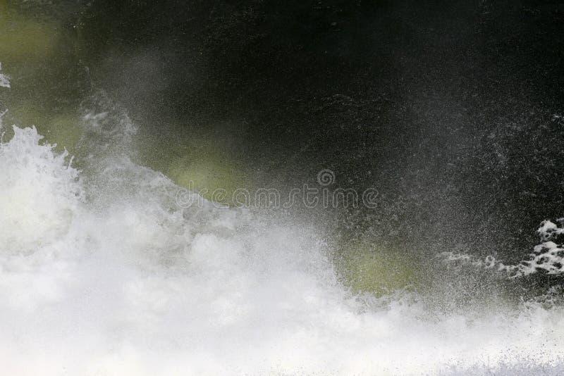 Брызгает и брызг от водопада Большой выплеск воды в озере после нырять Брызните воду на реке, красивый красочный яркий spl стоковое фото rf