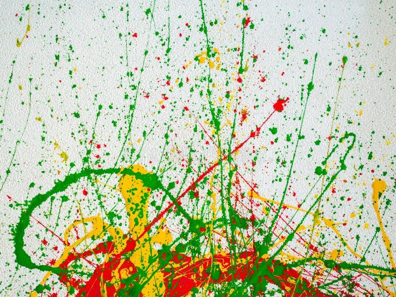 Брызгает красной и желтой зеленой краски на белой предпосылке иллюстрация штока