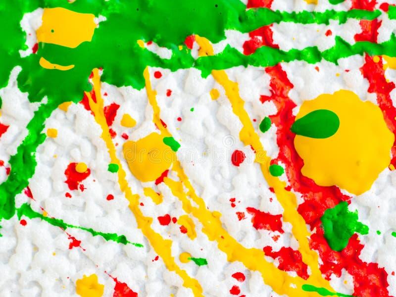 Брызгает красной и желтой зеленой краски на белой предпосылке иллюстрация вектора
