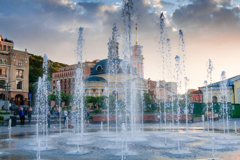 Брызгает фонтана против фона города и быть стоковое изображение rf