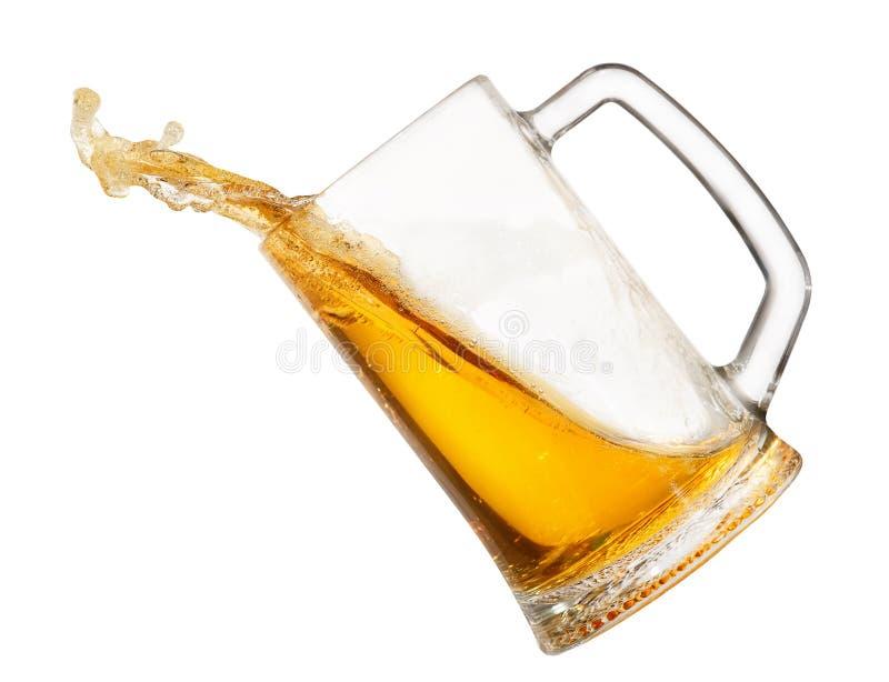 Брызгать пиво в кружке стоковые фото