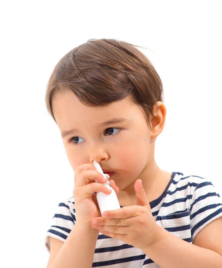 Брызг маленькой больной пользы девушки медицинский для изолированного дыхания стоковые фотографии rf