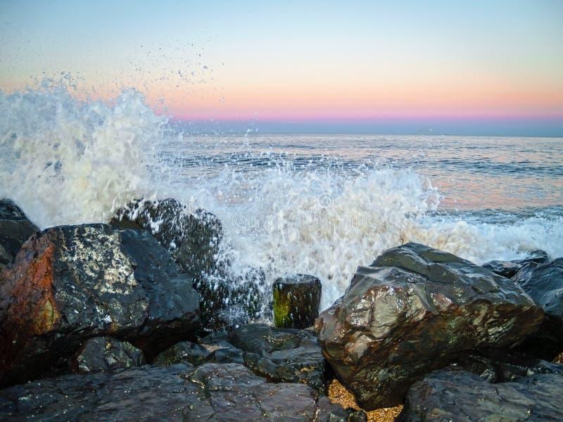 Брызг океана на заходе солнца стоковое изображение rf