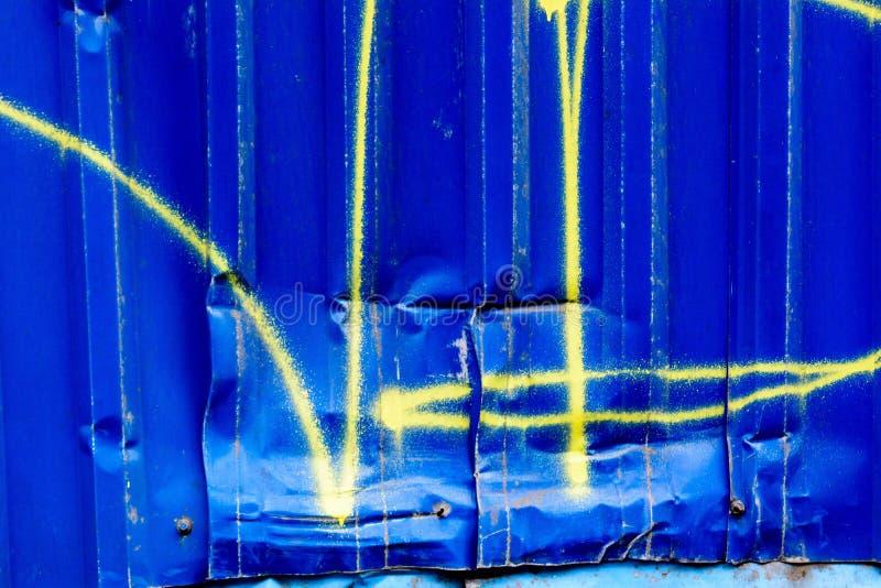 Брызг покрашенный на согнутом, ржавом шоссе Вдавленное место на граффити металла стоковые фотографии rf