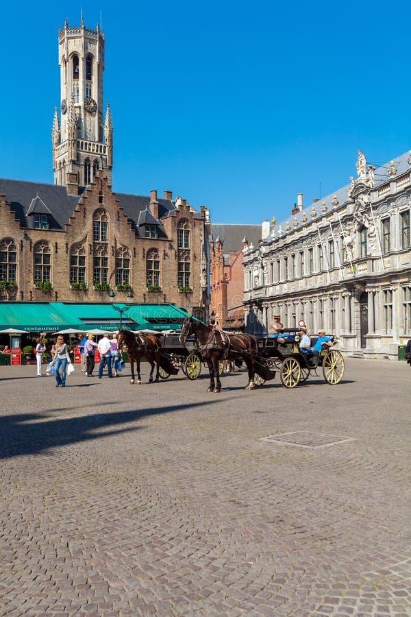БРЮГГЕ, БЕЛЬГИЯ - 6-ОЕ АПРЕЛЯ 2008: Езда туристов в лошад-нарисованном ca стоковое изображение