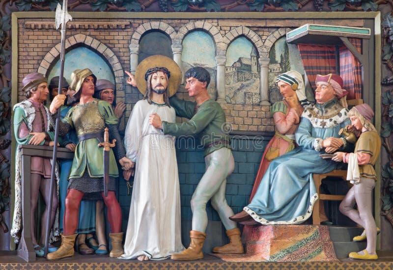 Брюгге - сброс сцены Иисуса для Pilate в St Giles (Sint Gilliskerk) как часть страсти цикла Христоса стоковая фотография