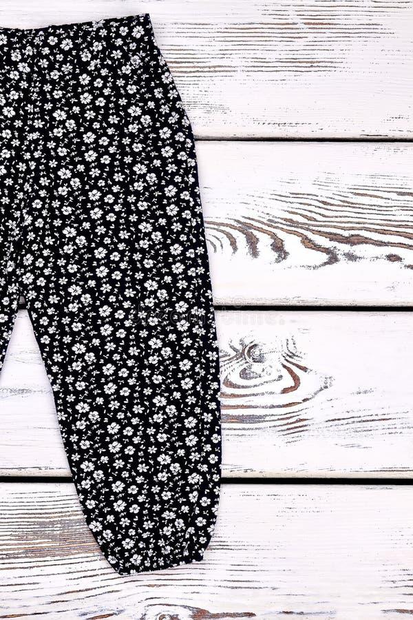 Брюки девушки малыша напечатанные чернотой стоковое изображение