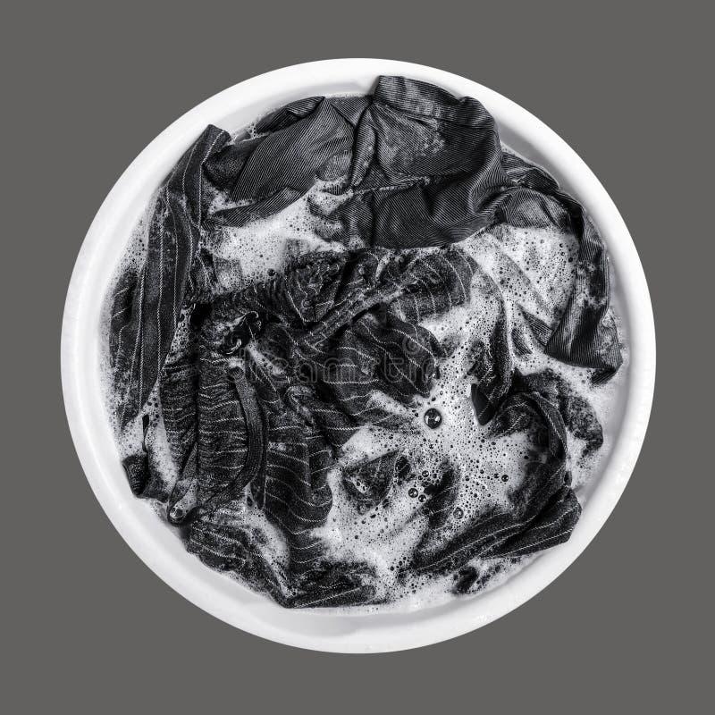 Брюки чернокожих женщин в белом enamelware изолированном на серой предпосылке стоковая фотография
