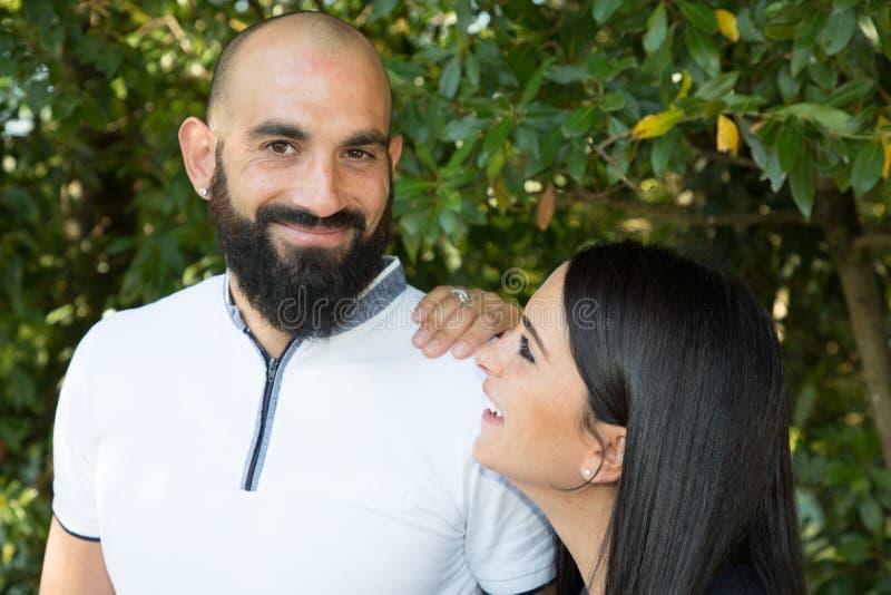 Брюнета человека outdoors пар образа жизни женщина бородатого милая стоковая фотография