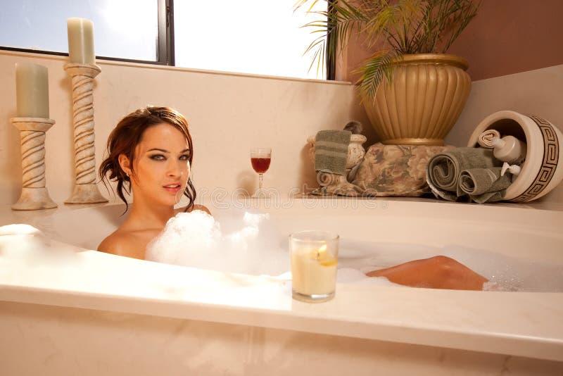 брюнет ванны шикарное стоковое фото rf