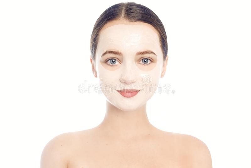 Брюнет в белой маске для стороны Красивое фото девушки с идеальной кожей Маленькая девочка заботит для себя стоковые фото