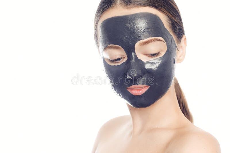 Брюнет в черной маске для стороны Красивое фото девушки с идеальной кожей Маленькая девочка заботит для себя стоковое изображение rf