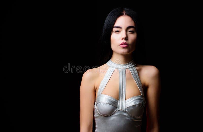 Брюнет женщины сексуальный нести серебряное женское белье bodysuit Футуристическая концепция Тело девушки привлекательное тонкое  стоковая фотография