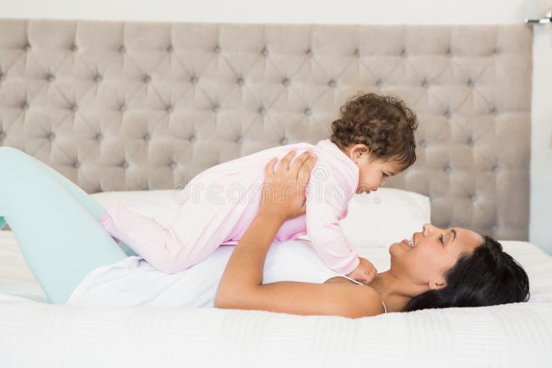 Брюнет играя с ее младенцем стоковые фотографии rf