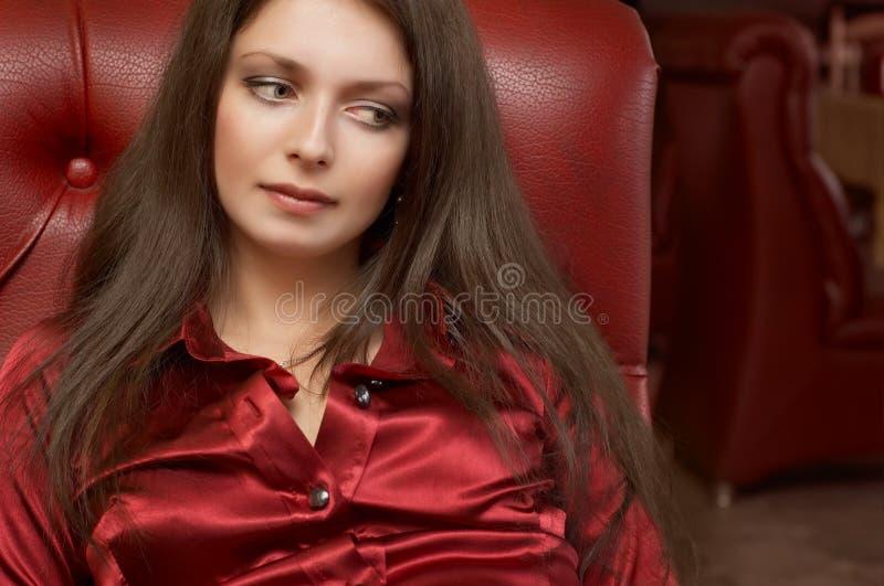 брюнет красит красное сексуальное стоковые фото