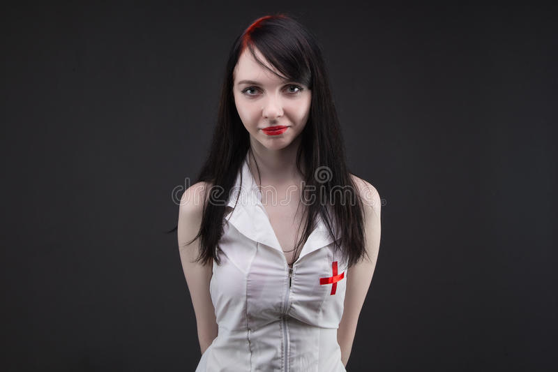 Брюнет молодое shy медсестра стоковая фотография rf