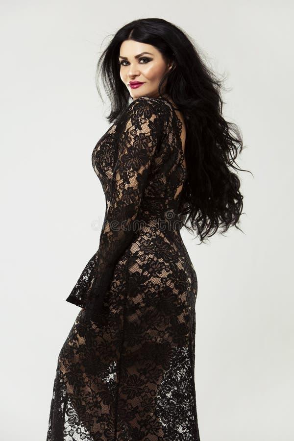 Брюнет нося черное длинное платье стоковое фото rf
