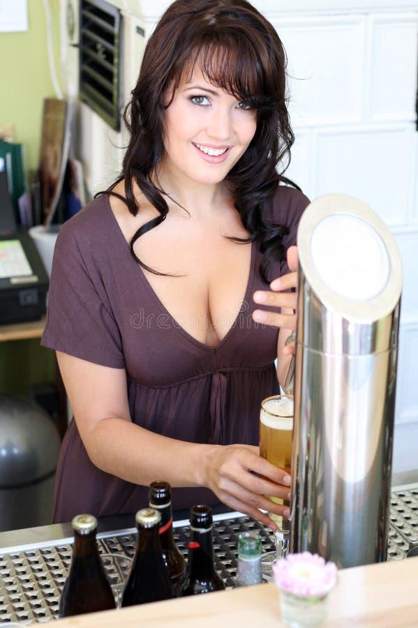 брюнет пива штанги рисует детенышей стоковая фотография rf