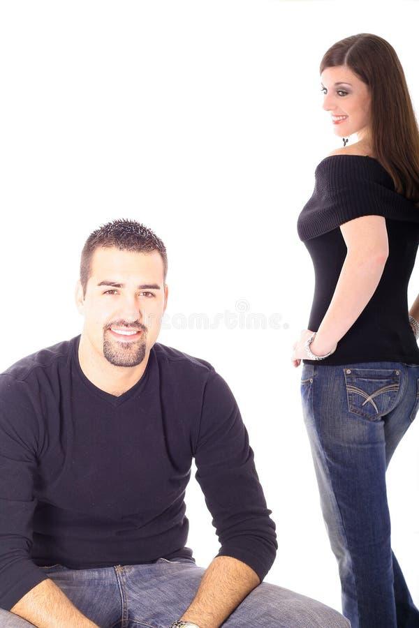 брюнет проверяя женскую мыжскую модель вне стоковое изображение rf