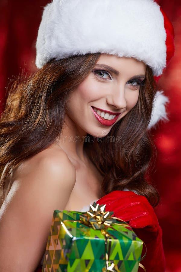 Брюнет рождества винтажное при подарочная коробка, изолированная на сером цвете Fash стоковое фото