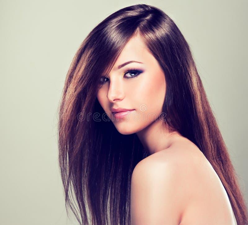 Брюнет с длинными прямыми волосами стоковое фото rf