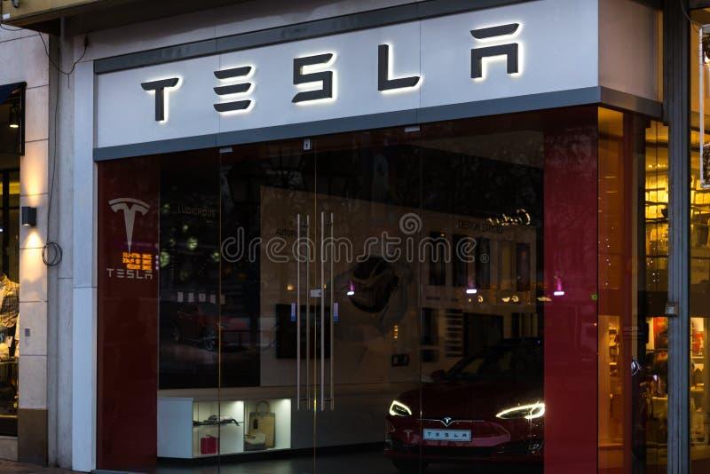 Брюссель, Брюссель/Бельгия - 13 12 18: магазин tesla подписывает внутри Брюссель Бельгию стоковые изображения rf