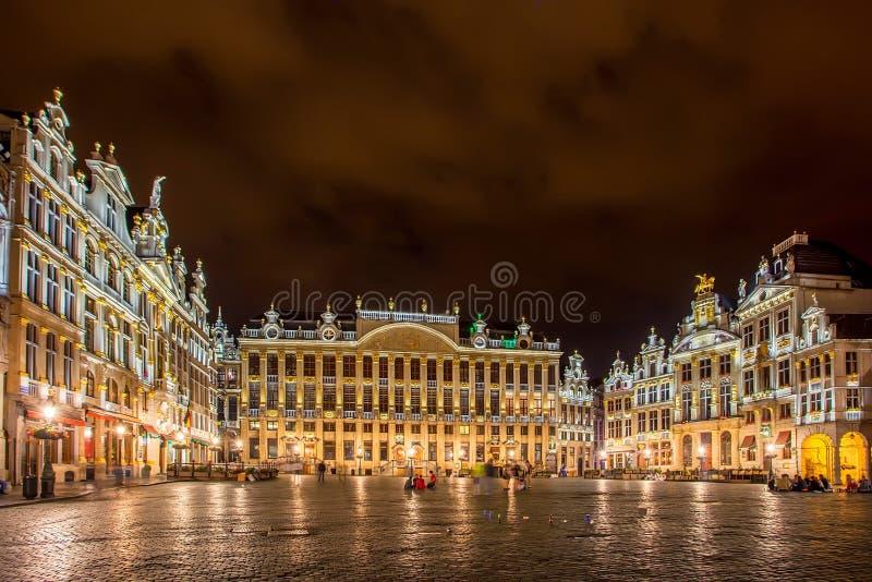 БРЮССЕЛЬ, БЕЛЬГИЯ - ОКОЛО ИЮНЬ 2014: Грандиозное место Брюсселя на nignt стоковые изображения rf